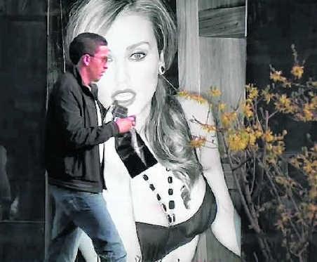 Een straatbeeld uit de reportage 'Femme de la rue' van Sofie Peeters.