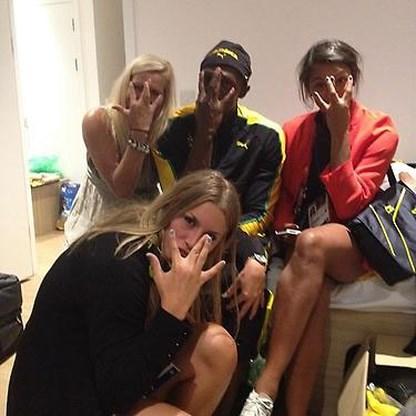 Usain Bolt viert 's nachts goud met drie knappe meiden