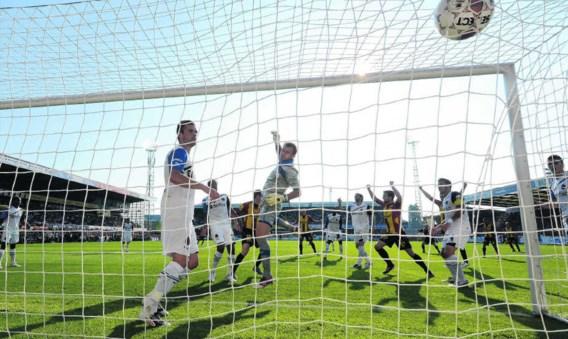 Thomas Enevoldsen klopt Club-doelman Vladan Kujovic en scoort de 1–1-gelijkmaker.