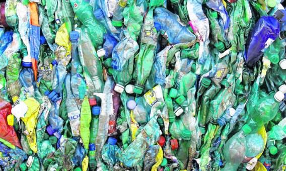 Veel microplastics in zee zijn afkomstig van grotere stukken plasticafval.