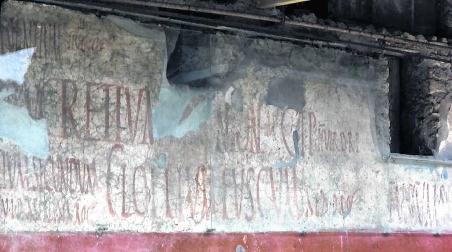 De muren in Pompeji en de berg Bisoetoen zijn héél vroege voorbeelden van publieke grafische communicatie.