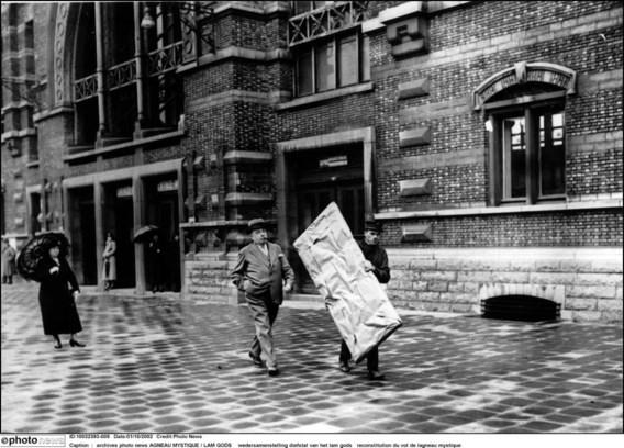 Een journalist van de krant L'Indépendance Belge wandelde bij wijze van stunt na de diefstal met een pak zo groot als een gestolen paneel door Brussel en liet het afgeven in het Noordstation zonder argwaan te wekken.