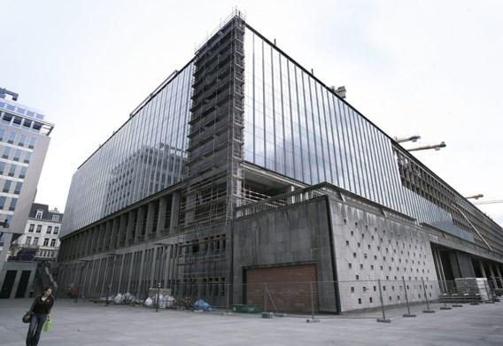 Het Rijksadministratief Centrum tijdens een renovatie.