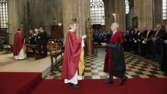 Rector Mark Waer gaat ter communie tijdens de openingsviering van het nieuwe academiejaar aan de KU Leuven.