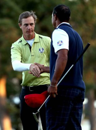 Tiger Woods feliciteert Nicolas Colsaerts.
