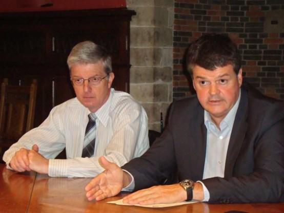 Burgemeester Somers (r.) naast de tijdelijke korpschef Maurice Dommicent, die Yves Bogaerts nu vervangt.