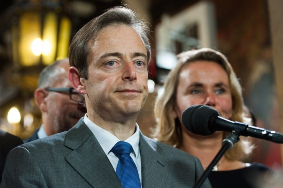 VLAAMSE KRANTENCOMMENTAREN. 'Centrumrechts Vlaanderen is Franstalig links bestuur beu'