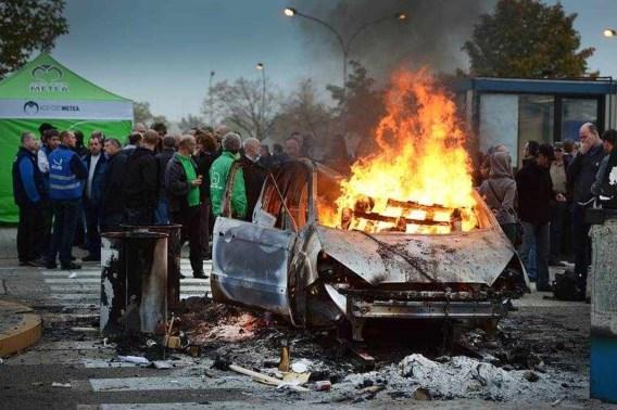 De werknemers blokkeerden gisteren de poorten van de fabriek en staken ook auto's in brand.