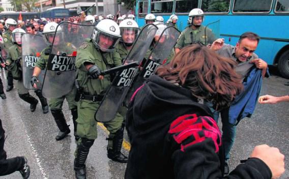 De oproerpolitie in Thessaloniki jaagt betogers weg die tijdens een militaire parade tegen de bezuinigingen protesteren.