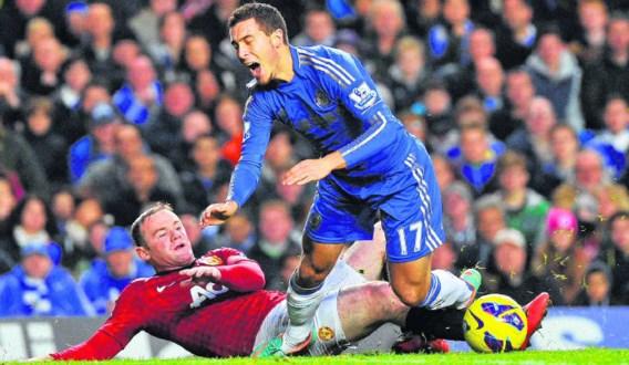 Wayne Rooney (l.) stopt Eden Hazard (r.) foutief af. De Belg pakte uit met enkele flitsen, maar scoorde niet.