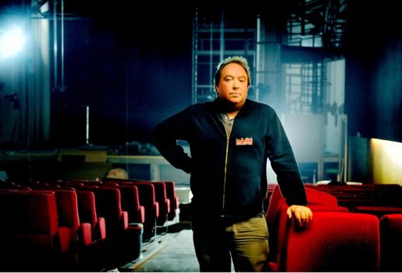 Directeur Mike Naert in de concertzaal. Vooraan zijn er staanplaatsen, achteraan zijn er zeteltjes, gekocht van een oude bioscoop in La Louvière.
