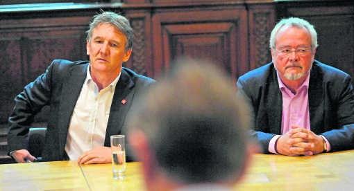 Donderdag 18 oktober: het kille gesprek tussen Janssens en De Wever, vier dagen na de verkiezingen. Marc Van Peel (rechts) blijft zijn lot trouw verbinden aan de SP.A.