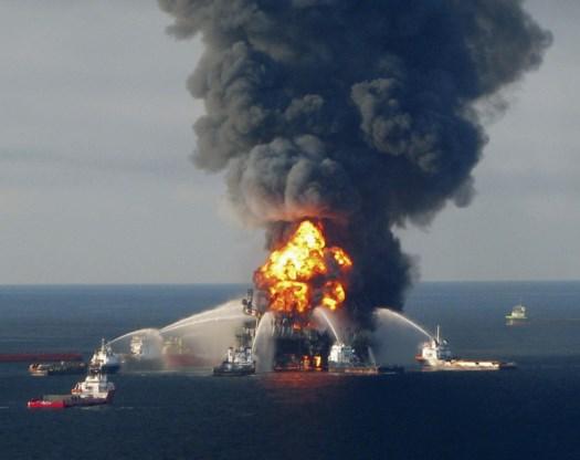 Brandweerboten proberen de brand op het boorplatform Deepwater Horizon te blussen, april 2010. De strafrechtelijke klacht over de ramp is achter de rug.