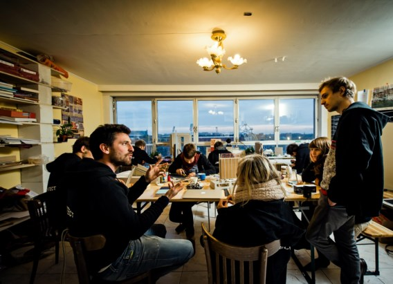 Jozef Wouters met architecten in appartement 7E van blok 8.