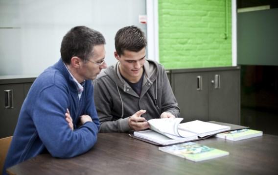 Leerlingenbegeleider Stijn Spildoorn helpt Andreas Pieters met zijn dyslexie om te gaan.
