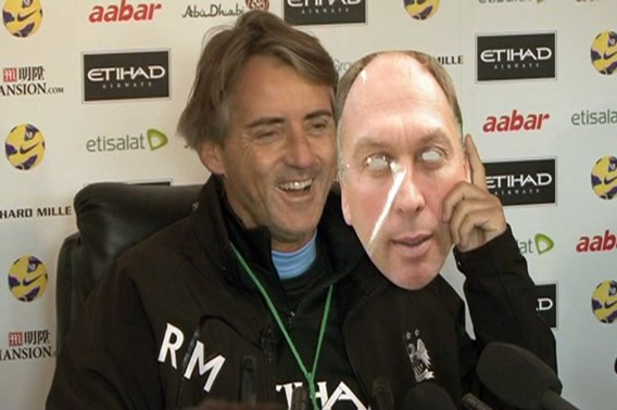 Mancini draagt masker op persconferentie