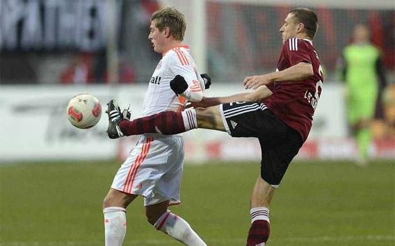 BUNDESLIGA. Timmy Simons houdt Bayern in bedwang