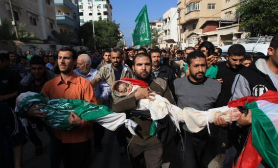 Kinderen van de familie Al-Dallu, zondag omgekomen bij een Israëlische raketinslag, werden gisteren ten grave gedragen.