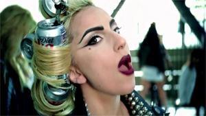 PRODUCT PLACEMENT In een clip draagt Lady Gaga een Colablikje in haar haar. Heel weinig kinderen en jongeren die deelnamen aan de studie, zien in dat hier een adverteerder achter zit die zijn merk aan de man wil brengen. De onderzoekers gebruikten ook beelden van <I>Frutsel </I>waar Pritt-lijm gebruikt werd en van <I>Code 37 </I>waar personages met Mercedessen rondreden. Heel vaak konden de kinderen zich achteraf zelfs niet meer voor de geest halen welke merken in beeld waren gekomen. Toch is er een gevaar. 'Onbewuste reclame heeft ook een invloed', zegt Veroline Cauberghe.