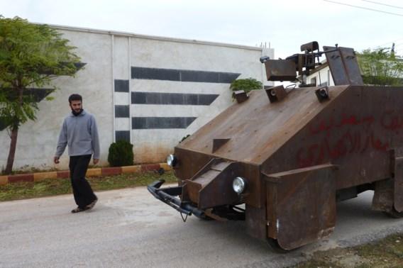 Syrische rebellen knutselen zelf tank in elkaar