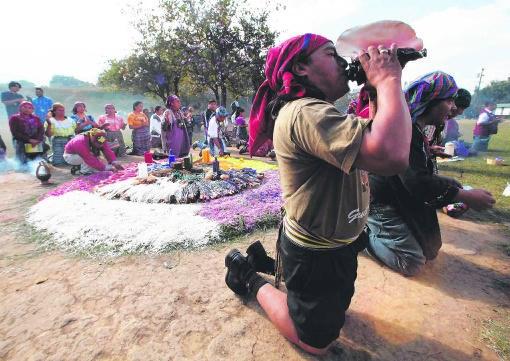 Een Mayapriester tijdens een ceremonie op 12 december in Guatemala; de 21ste wordt niet het einde, maar een nieuw begin.