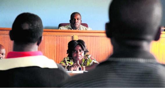 De traditionele leider van de Mthembu-gemeenschap zit op de bovenste rij in zijn traditionele rechtbank. Hij lost geschillen op in de gemeenschap.