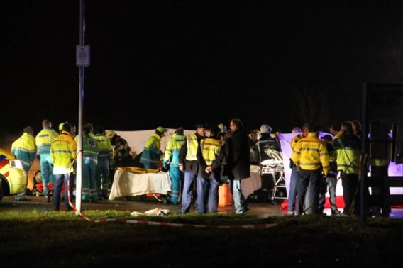 Dode en 16 gewonden nadat auto in publiek rijdt in Friesland