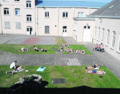 <P>Op de binnenplaats van de gevangenis van Marneffe wordt bij mooi weer gezonnebaad. </P>