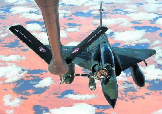 <P>Een Franse Mirage tankt in de lucht onderweg naar N'Djamena (Tsjaad). Aan de luchtmissie in Mali nemen 550 Fransen deel.</P>