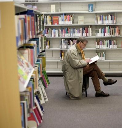 Man leest boek in bibliotheek. 'Culturo's hebben de neiging alles anders te bekijken.'