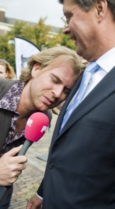 Interviewer Rutger Castricum geeft premier Balkenende kopjes.