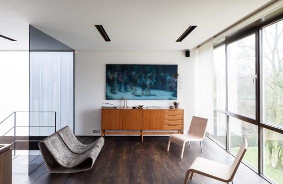 Zorgvuldig geselecteerd design in het interieur: tuinzetels van Willy Gühl, stoelen van Maarten Van Severen en een buffetkast van Pieter de Bruyne.