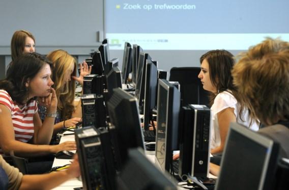 Vrouwelijke studenten aan de slag. 'Als ze zien dat ICT het leven van mensen kan verbeteren, zijn ze er wel voor te vinden', zegt Martine Tempels.