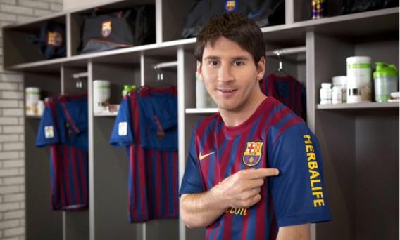 Lionel Messi van de Spaanse topploeg FC Barcelona steekt de naam van sponsor Herbalife niet onder stoelen of banken.