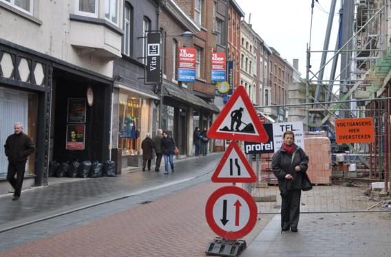 Leona Cloots van Toegankelijk Tienen toont een van de vele obstakels op trottoirs. De vereniging wil zulke 'struikelblokken' uit protest van een sticker voorzien.