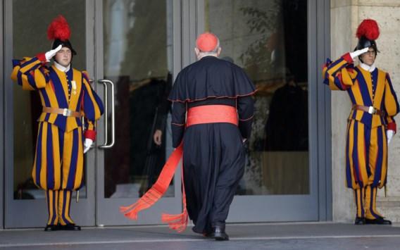 De Canadese kardinaal Thomas Christopher Collins stapt de synode-hal van het Vaticaan binnen voor het preconclaaf.