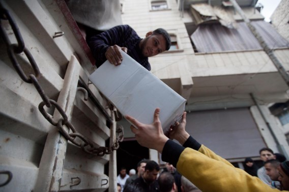 In de Syrische stad Aleppo worden voedselpaketten uit een vrachtwagen geladen. De hulp kwam via Turkije het land binnen.
