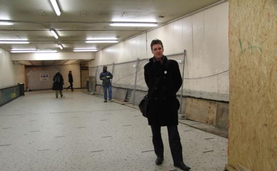 Jef Van Damme (SP.A) in het Centraal Station, waar de vernieuwing van de gang al jaren aansleept.
