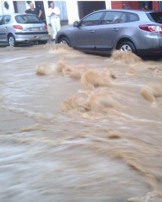 Het water stroomde bij beken door de straten.