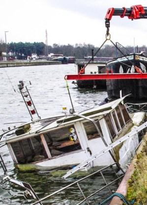 Een duikploeg haalde de boot boven water.