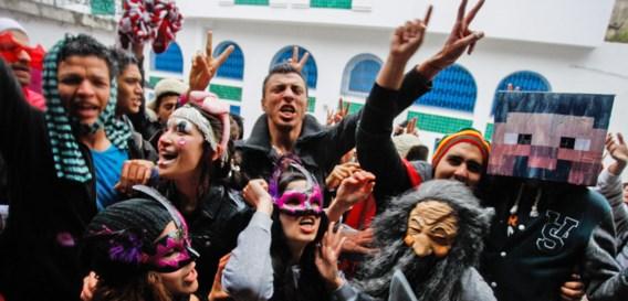 Tot in Tunesië toe dansen ze de 'Harlem shake' in internetfilmpjes. Het levert reclamegeld op dat de makers van de filmpjes nooit zullen zien.