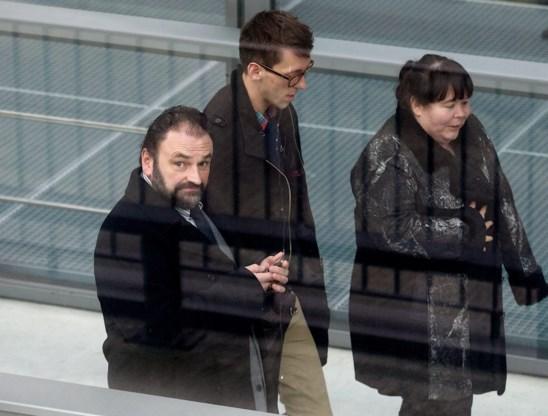 Vader Nic De Gelder (l.) en moeder Katia bij de aanvang van het proces in het gerechtsgebouw van Gent.
