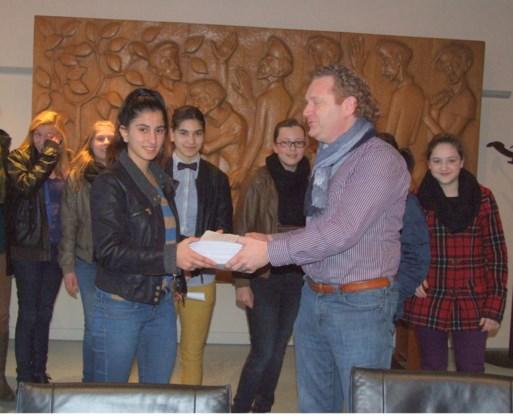 De jongeren overhandigden de petitie aan schepen Bex.