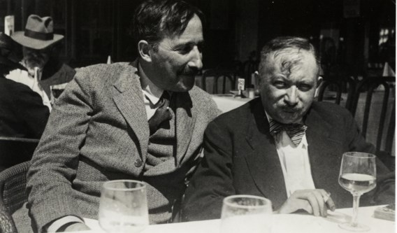 Joseph Roth (r.) naast collega en vriend Stefan Zweig op een terras in Oostende, zomer 1936.