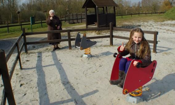 Een grootmoeder en haar kleindochter uit Velm genieten van spelen in de natuur in de bestaande speeltuin in De Beemden.