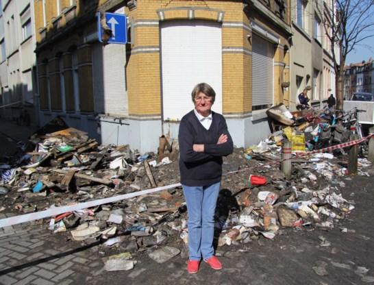 Jeanine Van Hellem voor de ravage aan het appartementsgebouw.