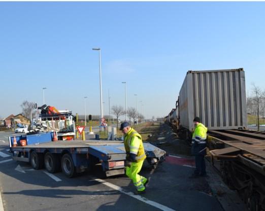De aanhangwagen van de vrachtwagen werd voor de verkeerslichten van de R4-west gegrepen door de goederentrein van de lijn Gent-Zelzate.