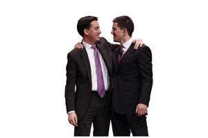 Coup de théâtre bij de voorzittersverkiezingen van Labour in 2010: niet favoriet David Miliband (rechts), maar zijn broer Ed (links) haalt het.