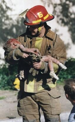 Een geredde baby na de aanslag in Oklahoma 1995.