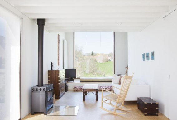 Alle hoeken van de relatief kleine woning zijn benut en toch oogt het geheel licht en minimalistisch.